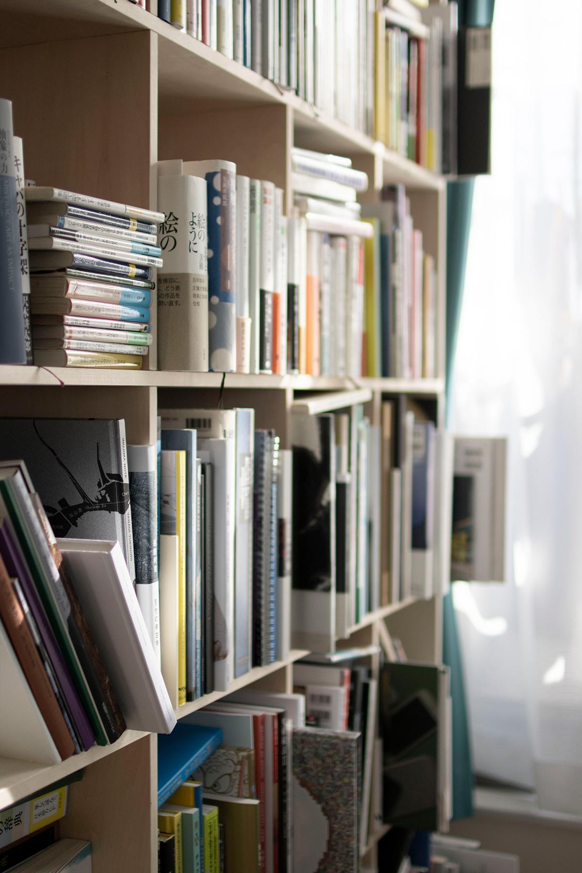 ご夫婦共用の書斎にそれぞれの本棚とワークデスク