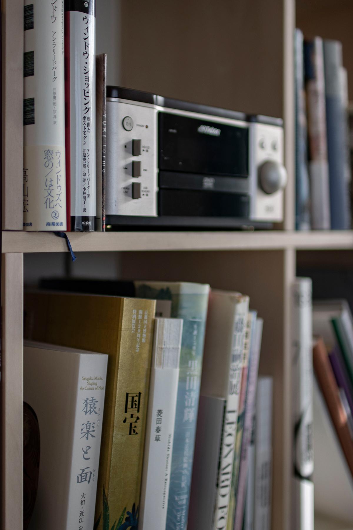 ご夫婦共用の書斎に各々の本棚とワークデスク