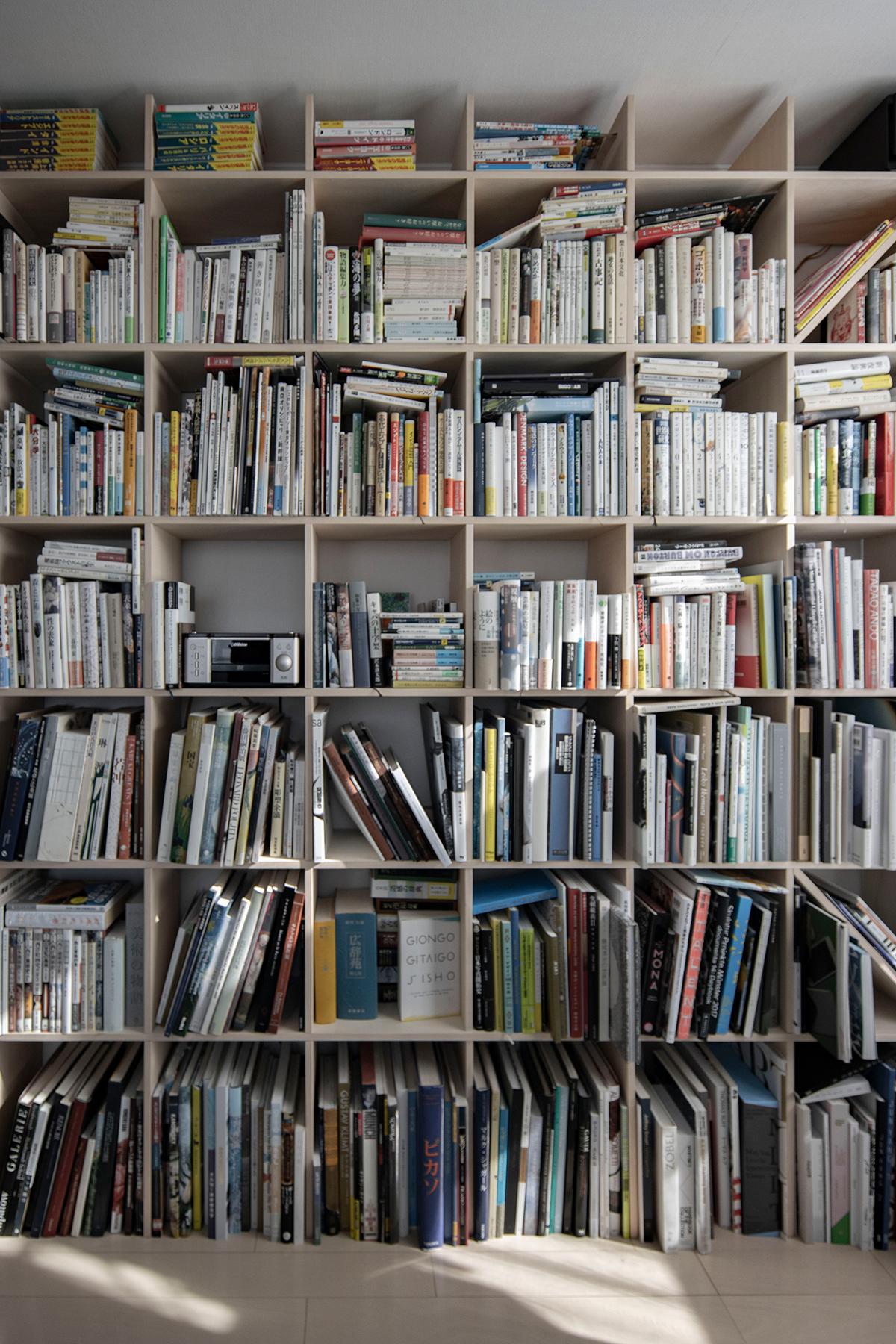 ワークデスクがある書斎の本棚