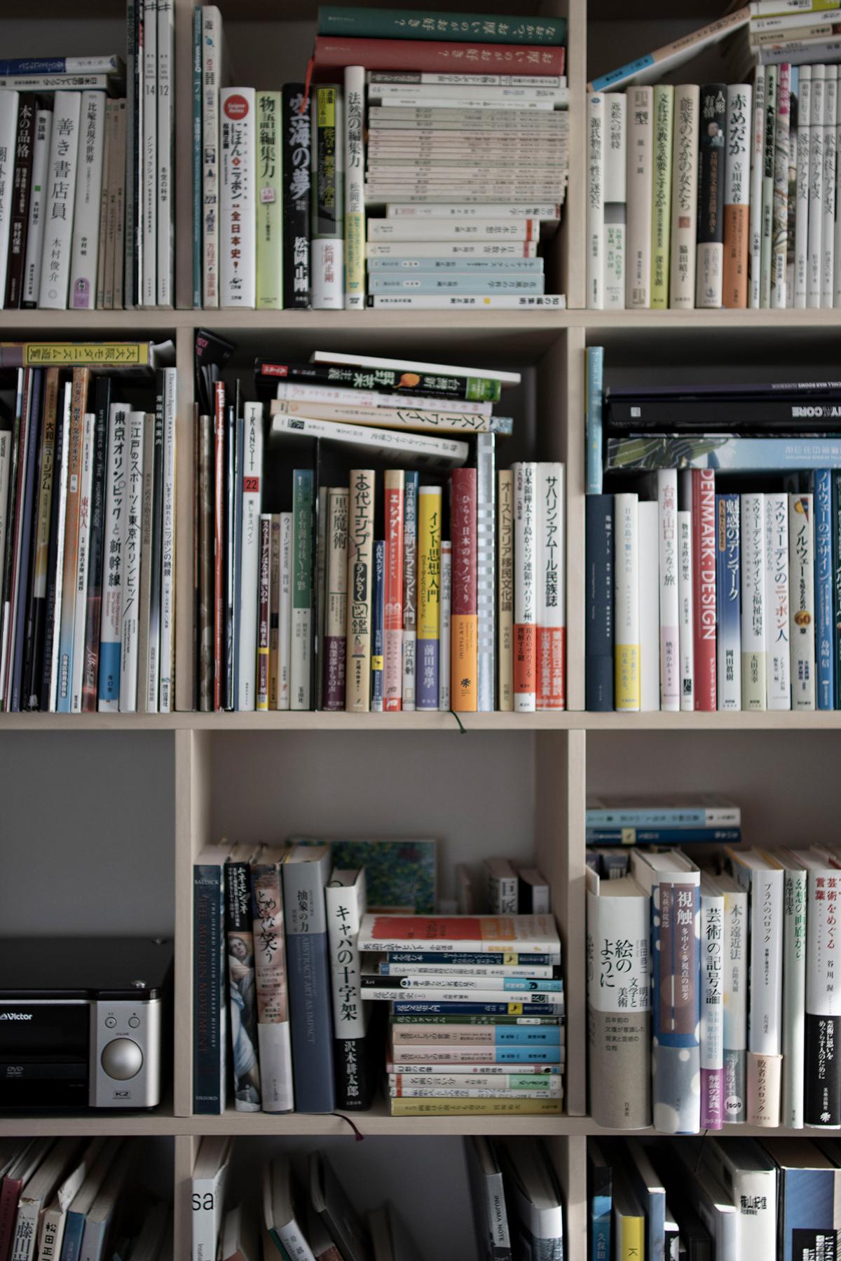 ワークデスクがある書斎の本棚と書籍