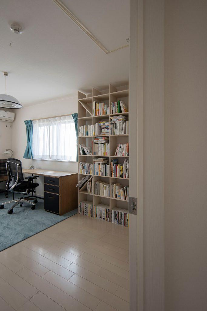 ご夫婦共用の書斎に   壁一面の本棚