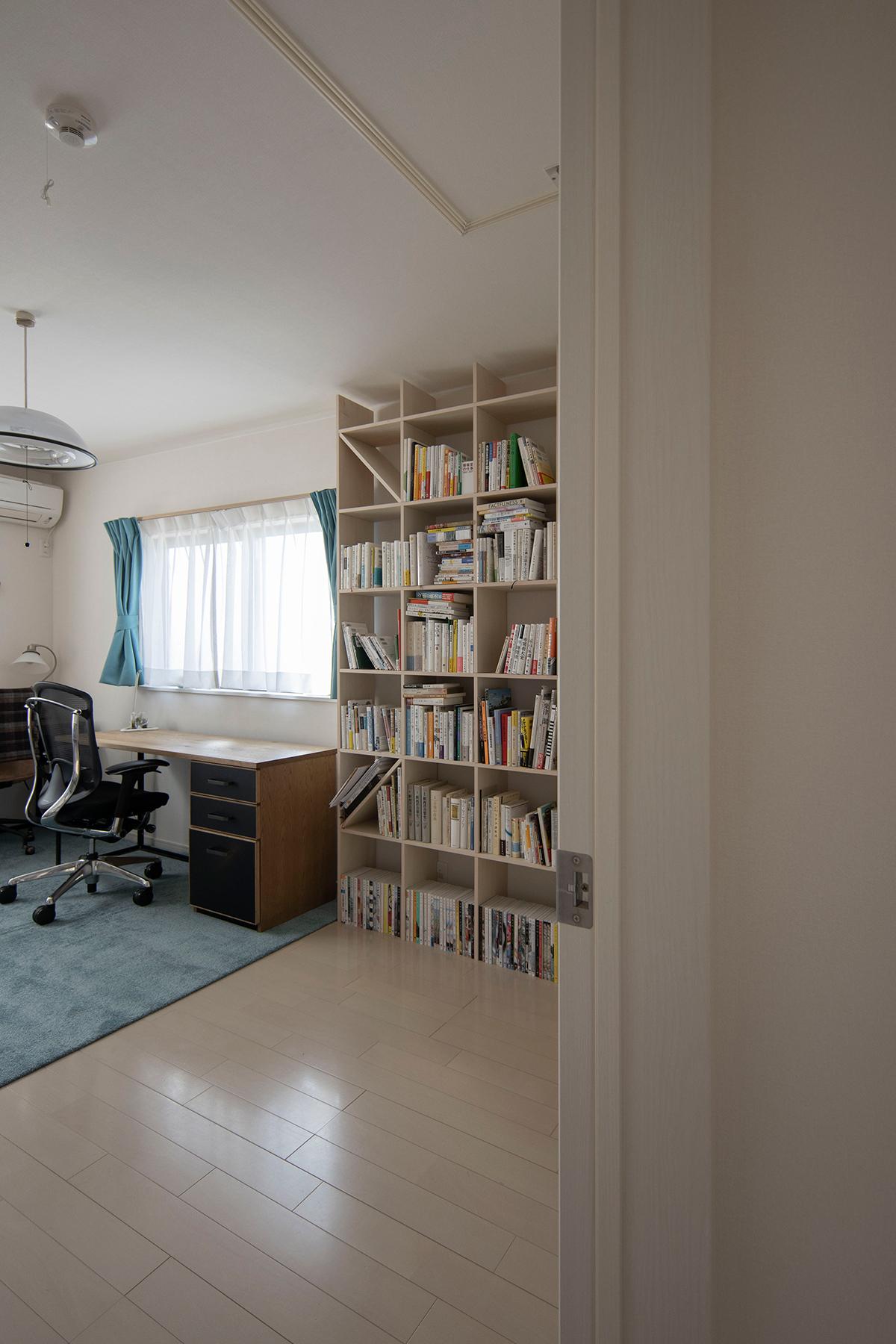 書斎に並んだワークデスクと本棚