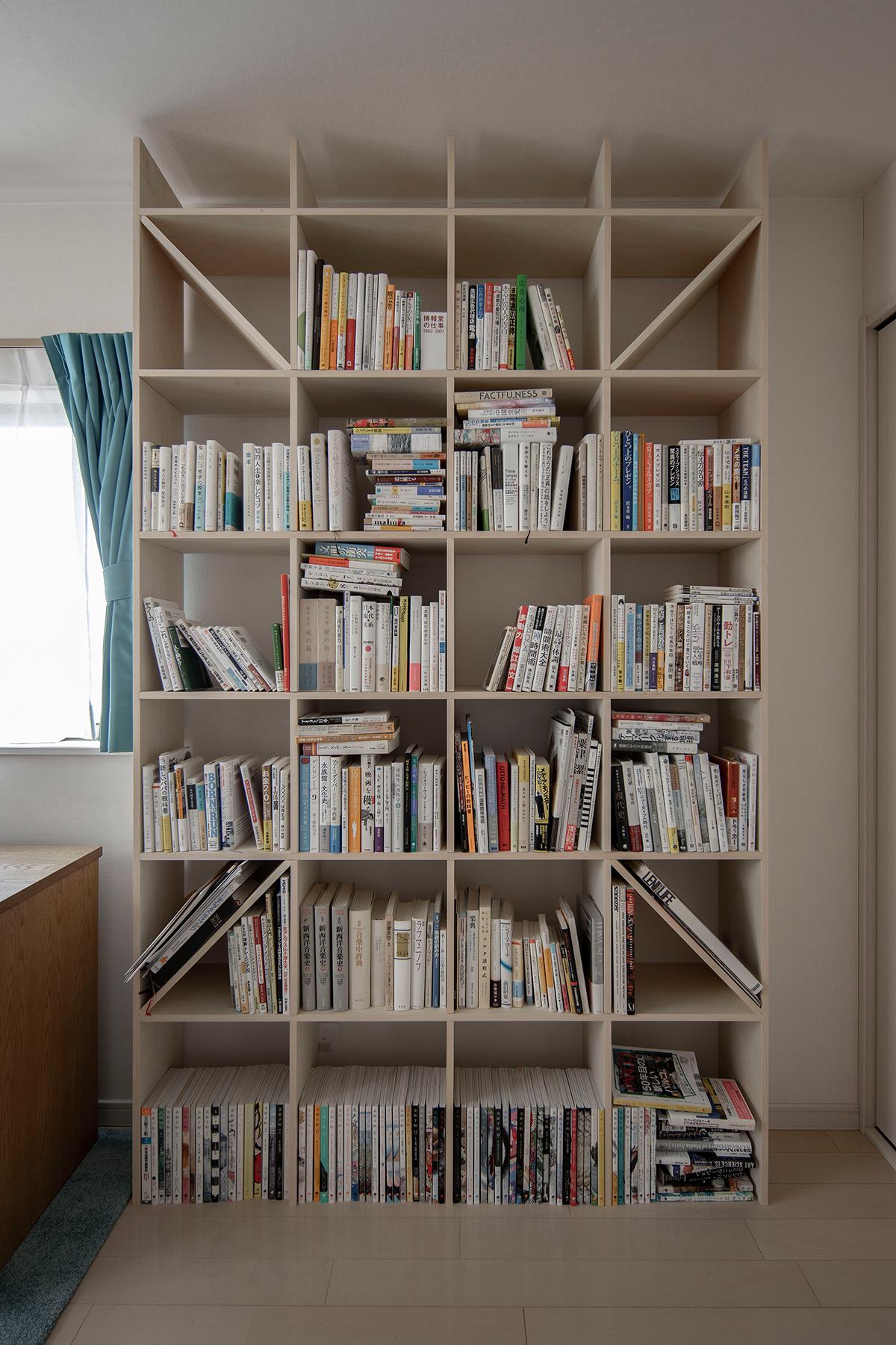 書斎でワークデスクの隣に置かれた本棚