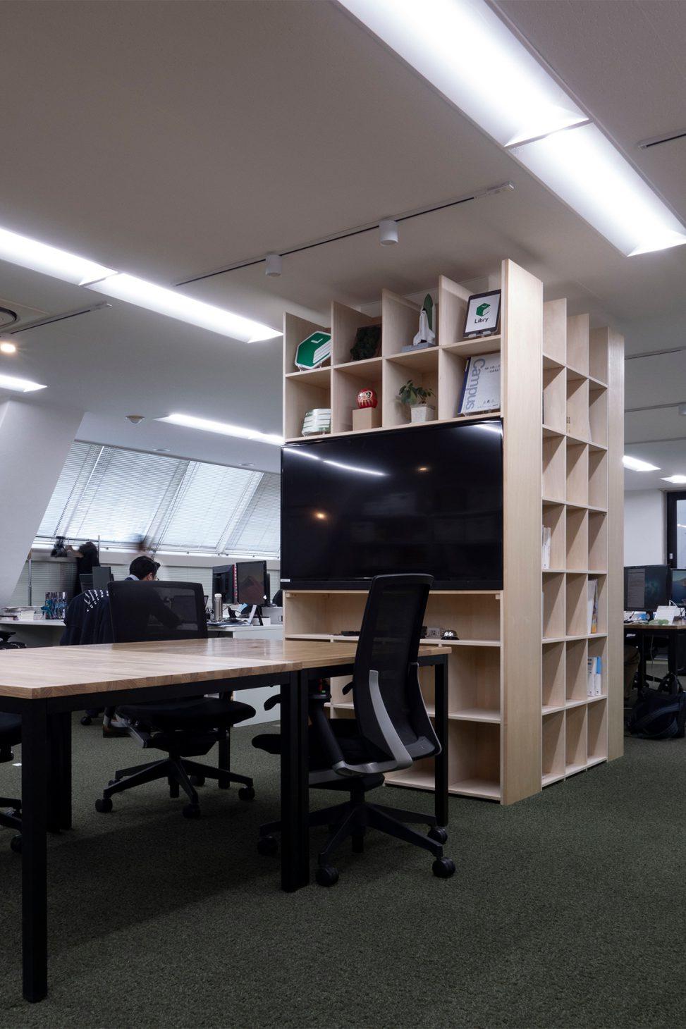 柱を取り囲む | 開口部のある本棚 / Shelf (No.05)