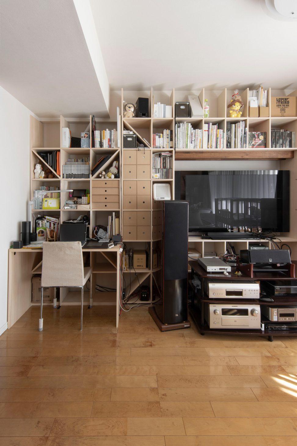 陽当たりのいいリビングの壁一面に | 開口部のある本棚 / Shelf (No.06)