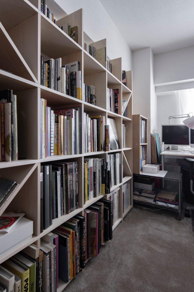書斎の本棚からワークデスクを見る