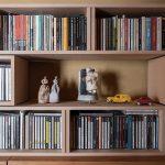 廊下にある書棚とその上に置かれたCDラック | BLC収納ボックス / BLC (No.22) | マルゲリータ使用例