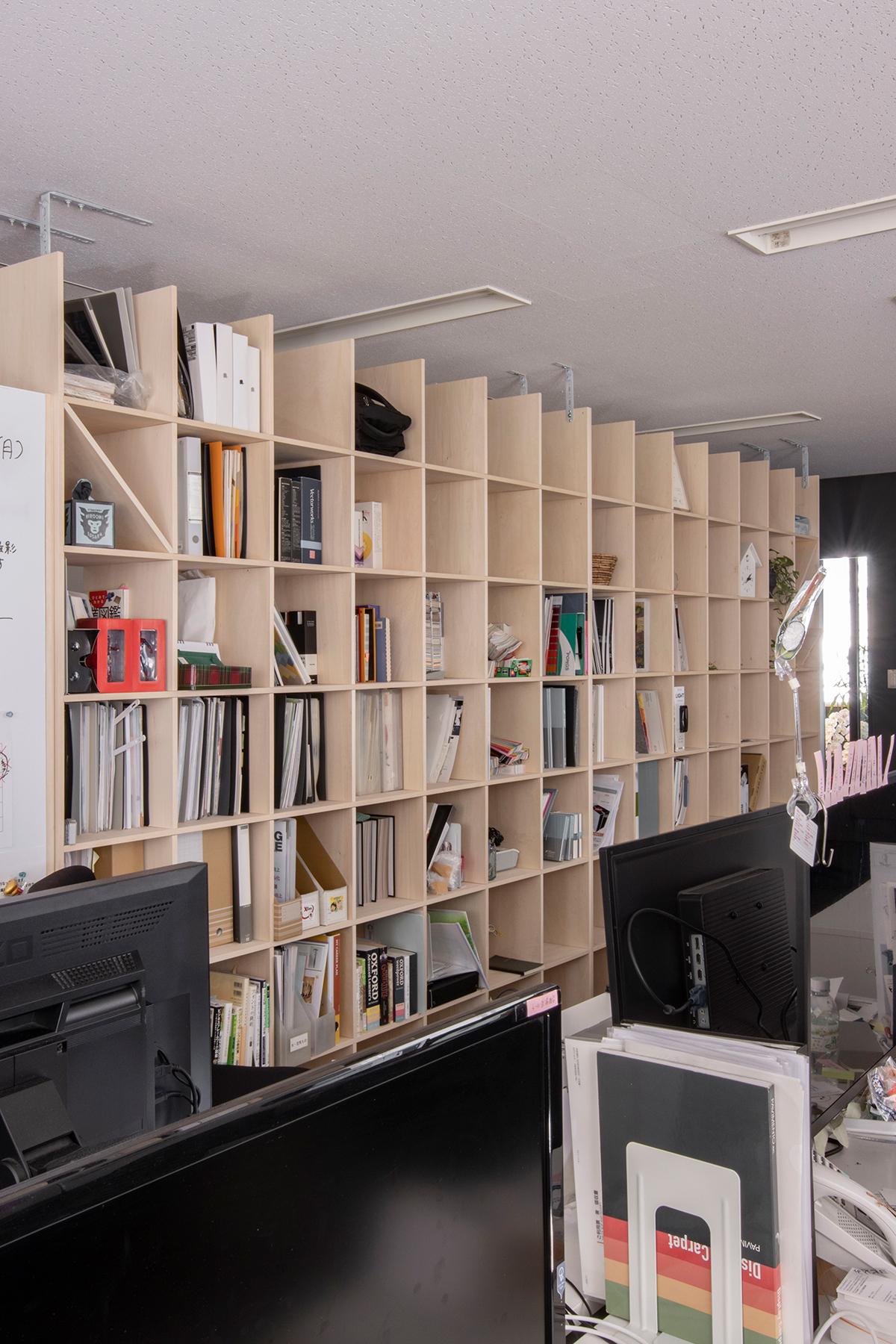 デザインオフィスの間仕切りに   壁一面の本棚 奥行350mm / Shelf (No.99)   マルゲリータ使用例 シンプル おしゃれ 部屋 インテリア レイアウト