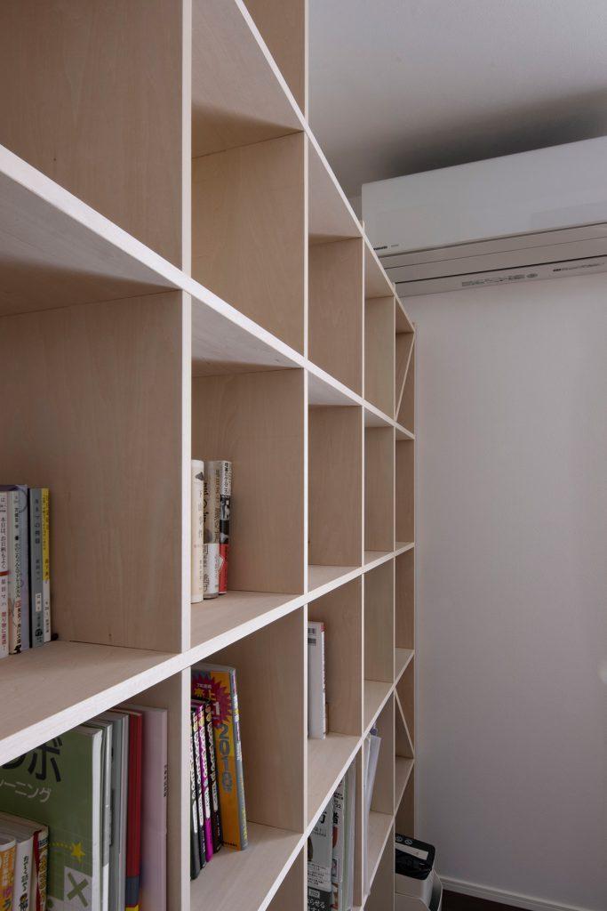 戸建て住宅の壁面に | 壁一面の本棚 奥行250mm / Shelf (No.71) | マルゲリータ使用例
