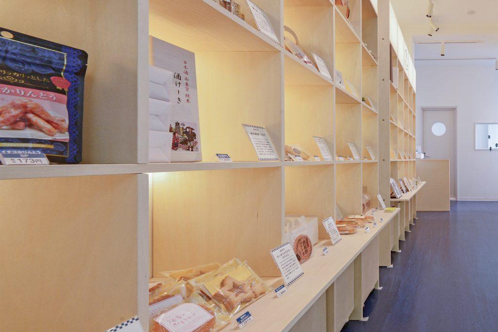 西東京市駅前情報発信拠点「まちテナ西東京」 | 壁一面の本棚 奥行350mm / Shelf (No.100) | マルゲリータ使用例
