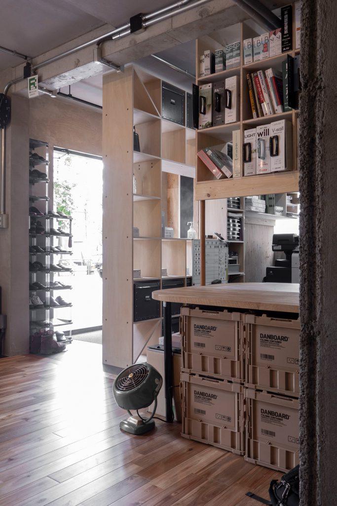 4面が囲まれた執務スペース   壁一面の本棚 奥行350mm / Shelf (No.101)   マルゲリータ使用例