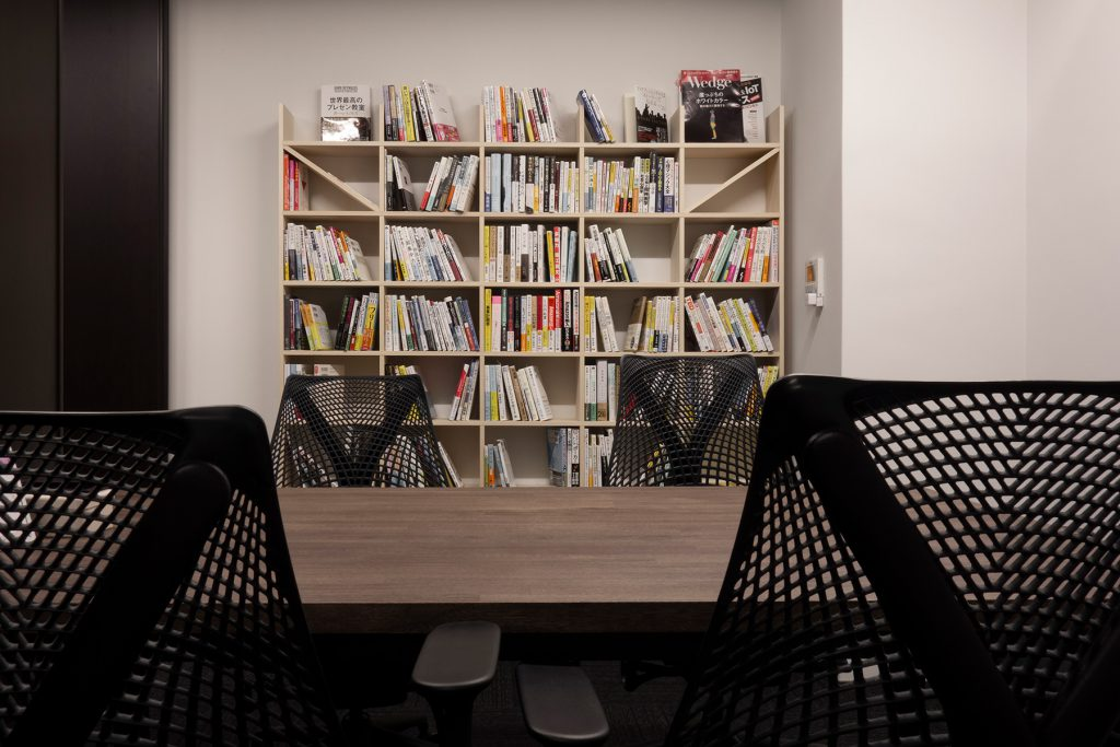 法律事務所の執務室・相談室に - その2 | ダイニングテーブル スチール脚 (L型) / Tavola (No.04) | マルゲリータ使用例