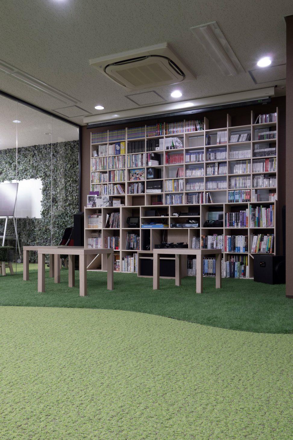 社内にある子供も遊べる資料棚 | カウンター付き本棚 / Shelf (No.32) | マルゲリータ使用例
