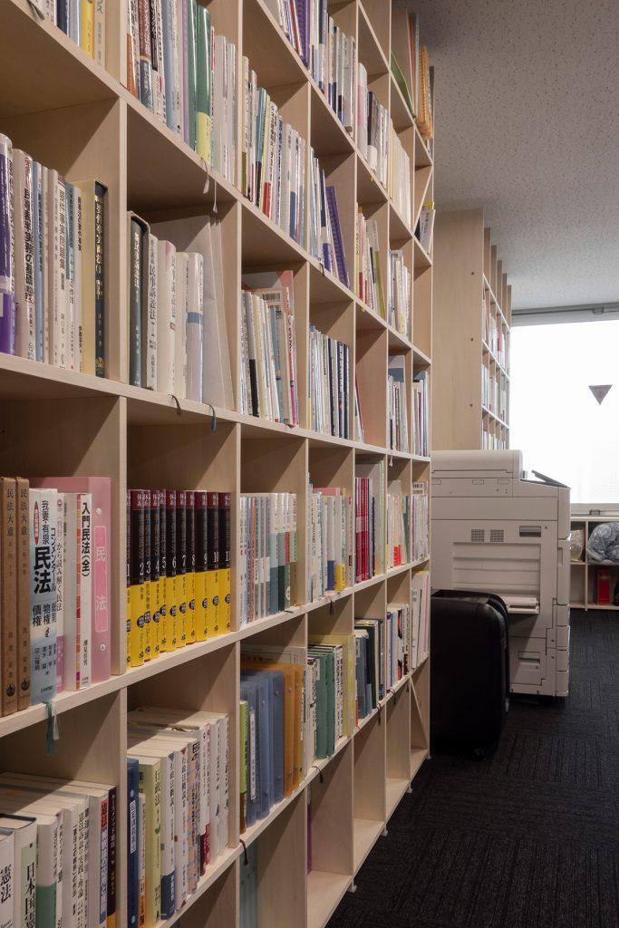 法律事務所の執務室・相談室に - その1   壁一面の本棚 奥行350mm / Shelf (No.102)   マルゲリータ使用例