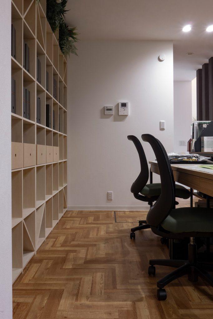 ワークスペースの壁一面を構成する | 壁一面の本棚 奥行350mm / Shelf (No.103) | マルゲリータ使用例