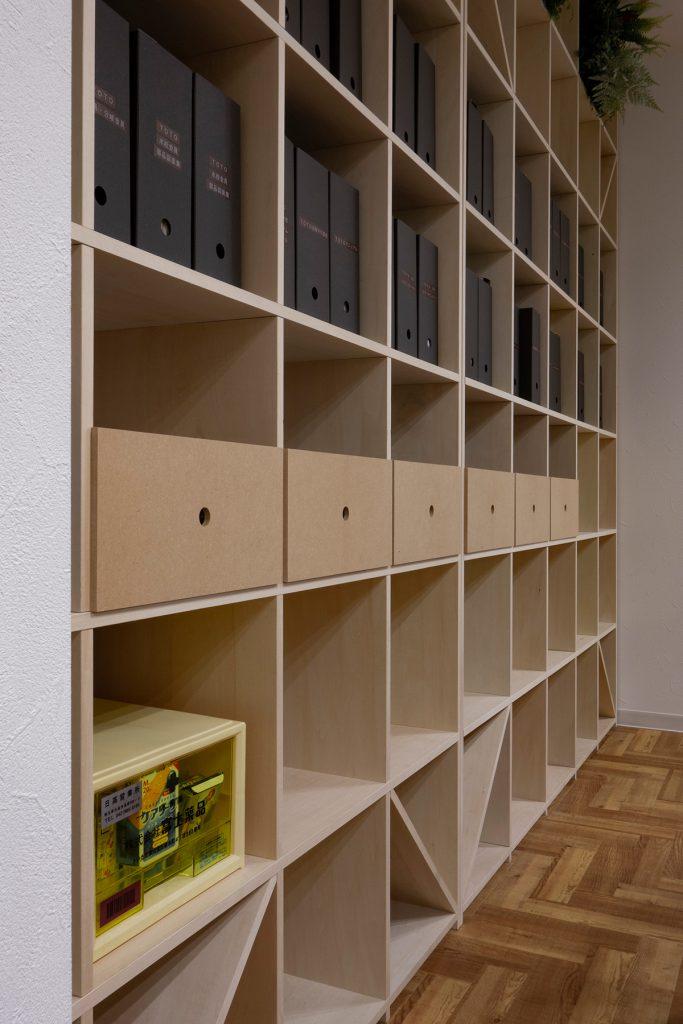 ワークスペースの壁一面を構成する   壁一面の本棚 奥行350mm / Shelf (No.103)   マルゲリータ使用例