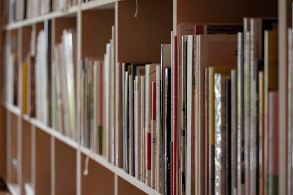 既存の壁面を上手に再利用 | 壁一面の本棚 奥行250mm / Shelf (No.72) | マルゲリータ使用例