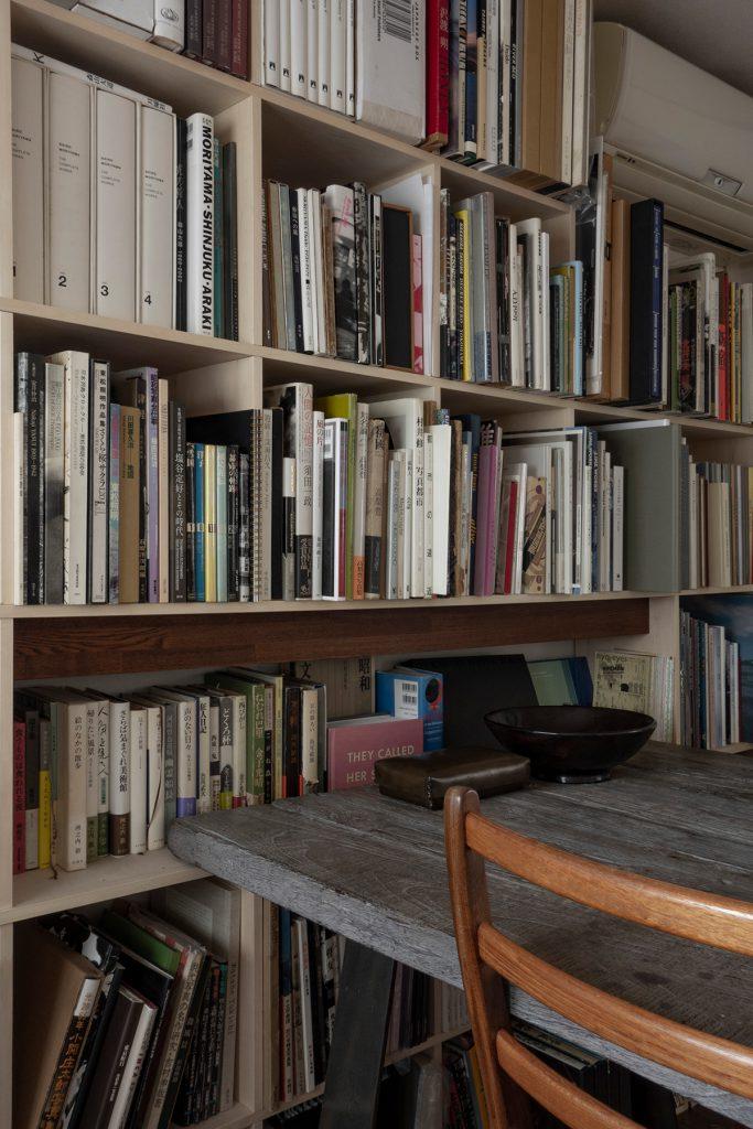 漆と金継ぎと「共直し」を主軸とした修復専門家のアトリエに | 開口部のある本棚 / Shelf (No.09) | マルゲリータ使用例