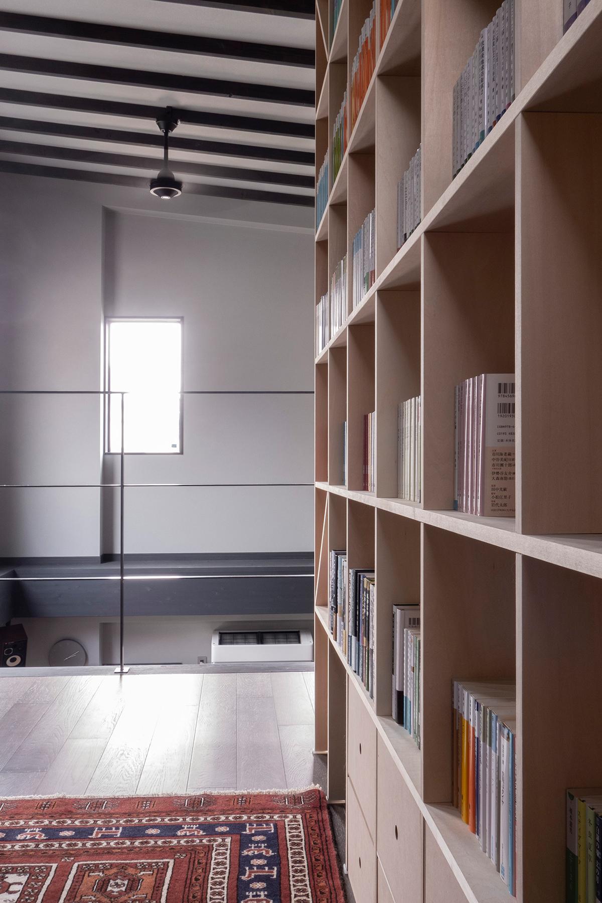 き抜けに面した2階の部屋に | 壁一面の本棚 奥行350mm / Shelf (No.105) | マルゲリータ使用例