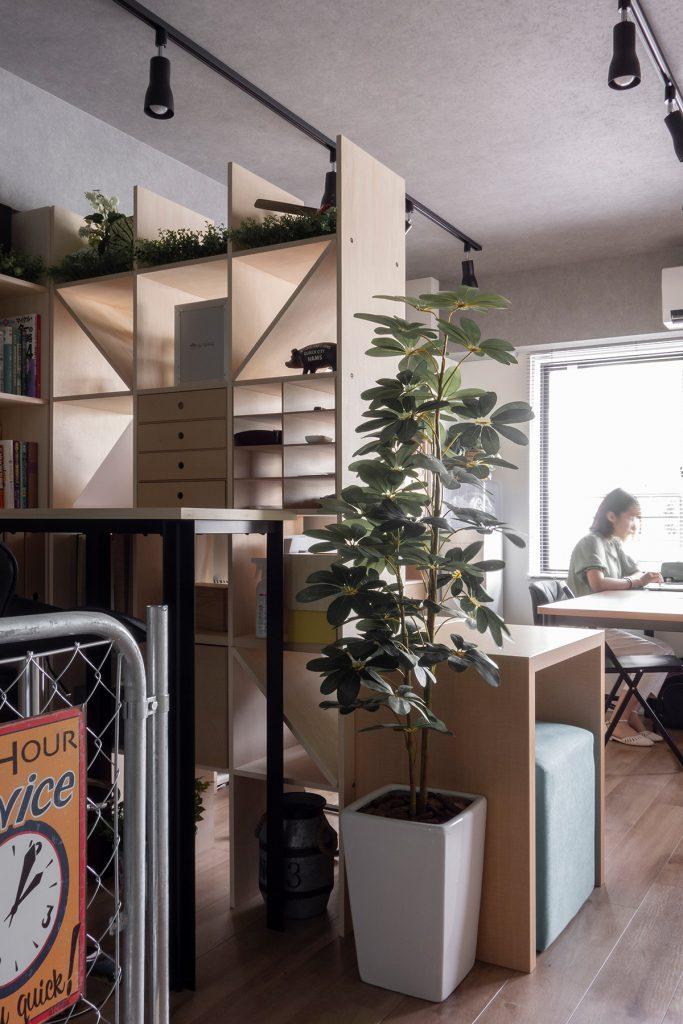 オフィス空間を穏やかに間仕切る   壁一面の本棚 奥行350mm / Shelf (No.106)   マルゲリータ使用例