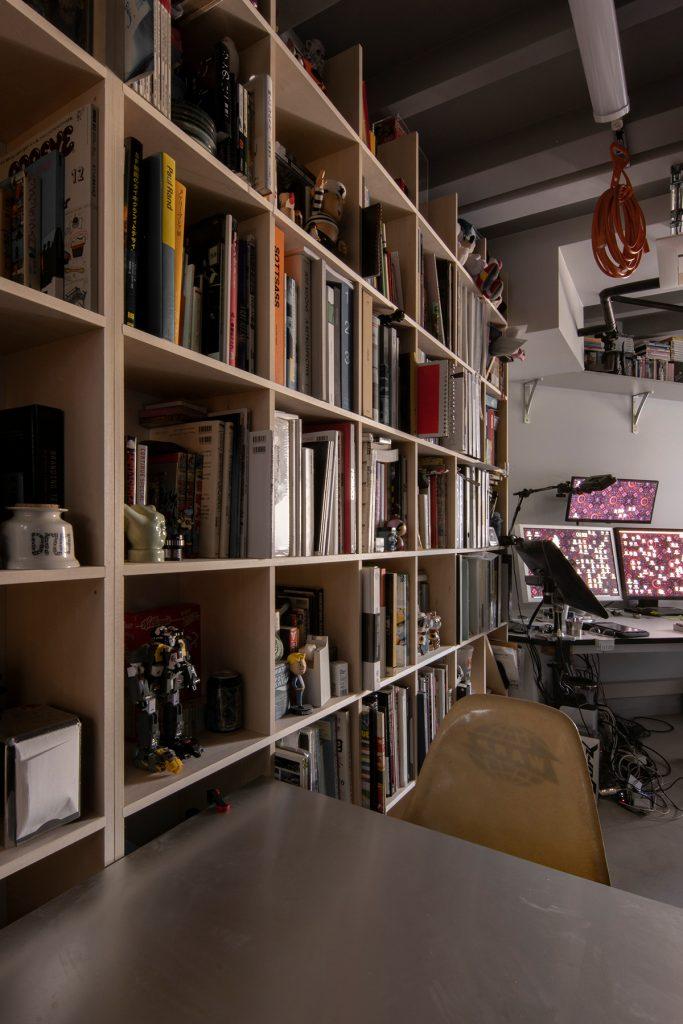 グラフィックデザイナー 岩屋民穂さんの仕事場 | 壁一面の本棚 奥行250mm / Shelf (No.74) | マルゲリータ使用例