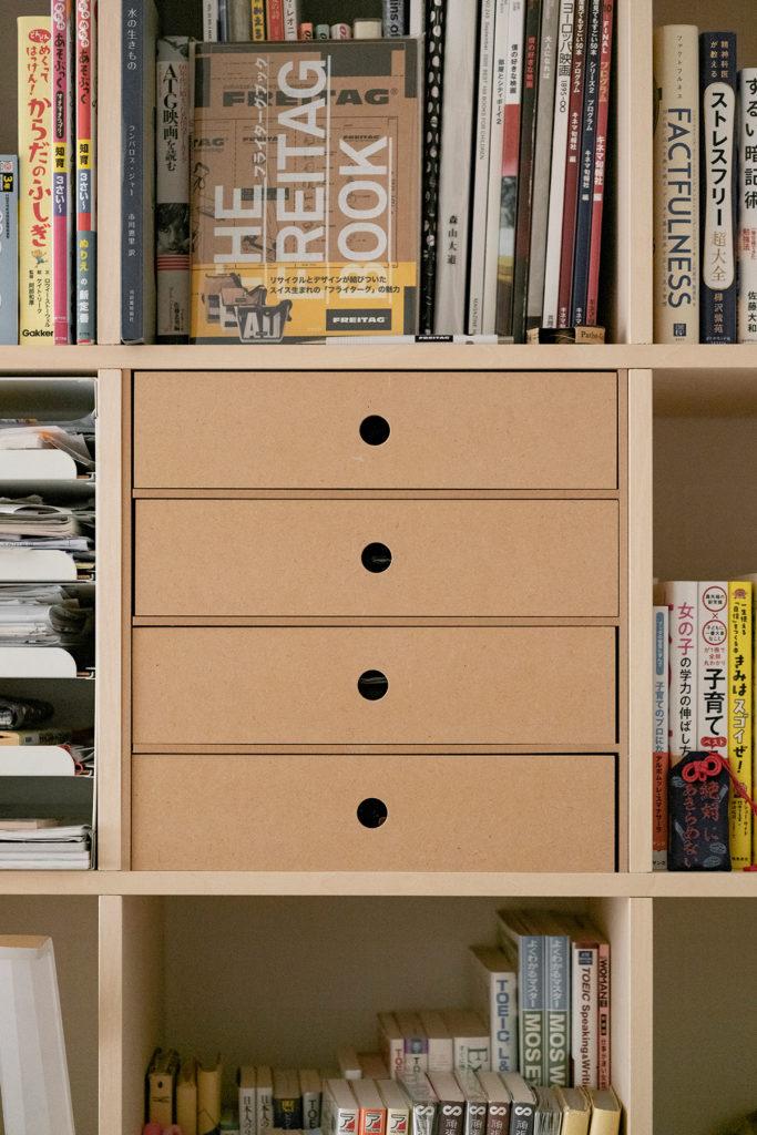 リビングに設置して家族で使う | カウンター付き本棚 / Shelf (No.35) | マルゲリータ使用例