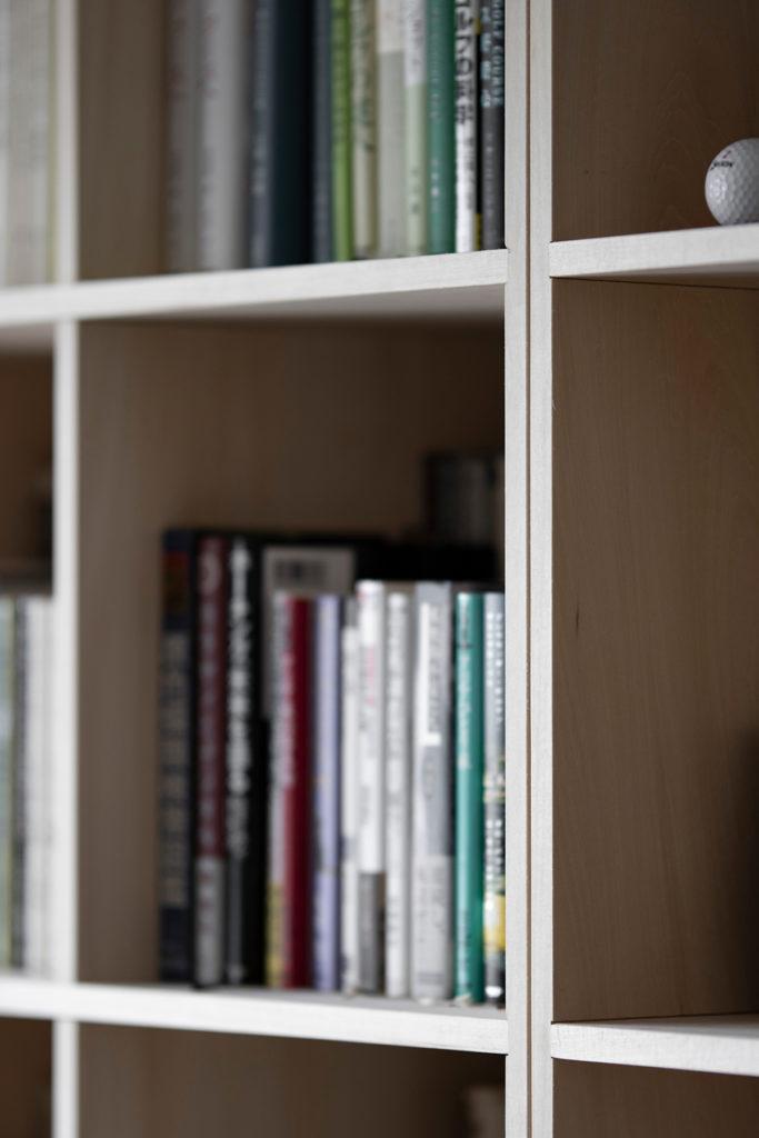 壁一面をカスタマイズされたリビングボードに | 開口部のある本棚 / Shelf (No.11) | マルゲリータ使用例