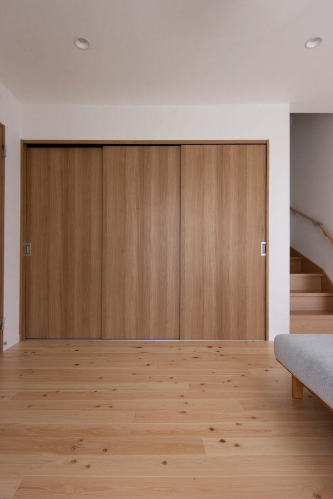 リビングの物入れに納める | 壁一面の本棚 奥行350mm / Shelf (No.107) | マルゲリータ使用例