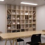 紙すき工房で | 壁一面の本棚 奥行350mm / Shelf (No.108) | マルゲリータ使用例
