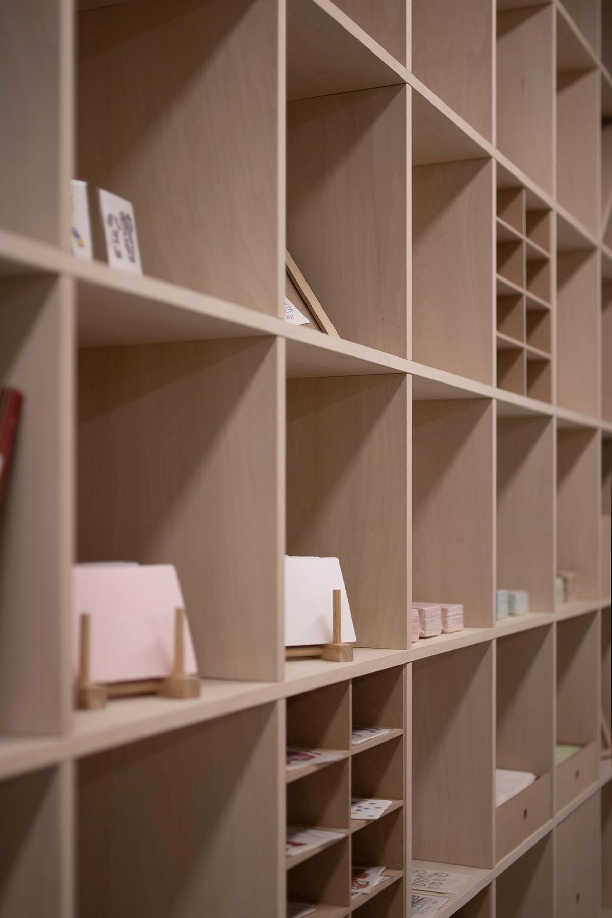 紙すき工房で   壁一面の本棚 奥行350mm / Shelf (No.108)   マルゲリータ使用例