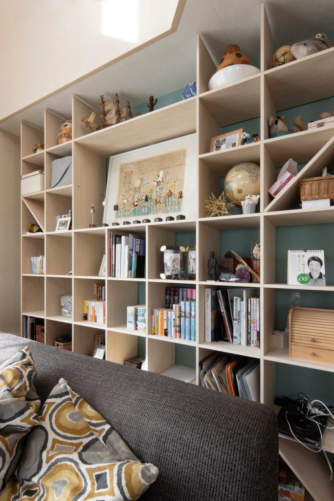 陽のあたるリビングの吹き抜けの下に | 開口部のある本棚 / Shelf (No.13) | マルゲリータ使用例