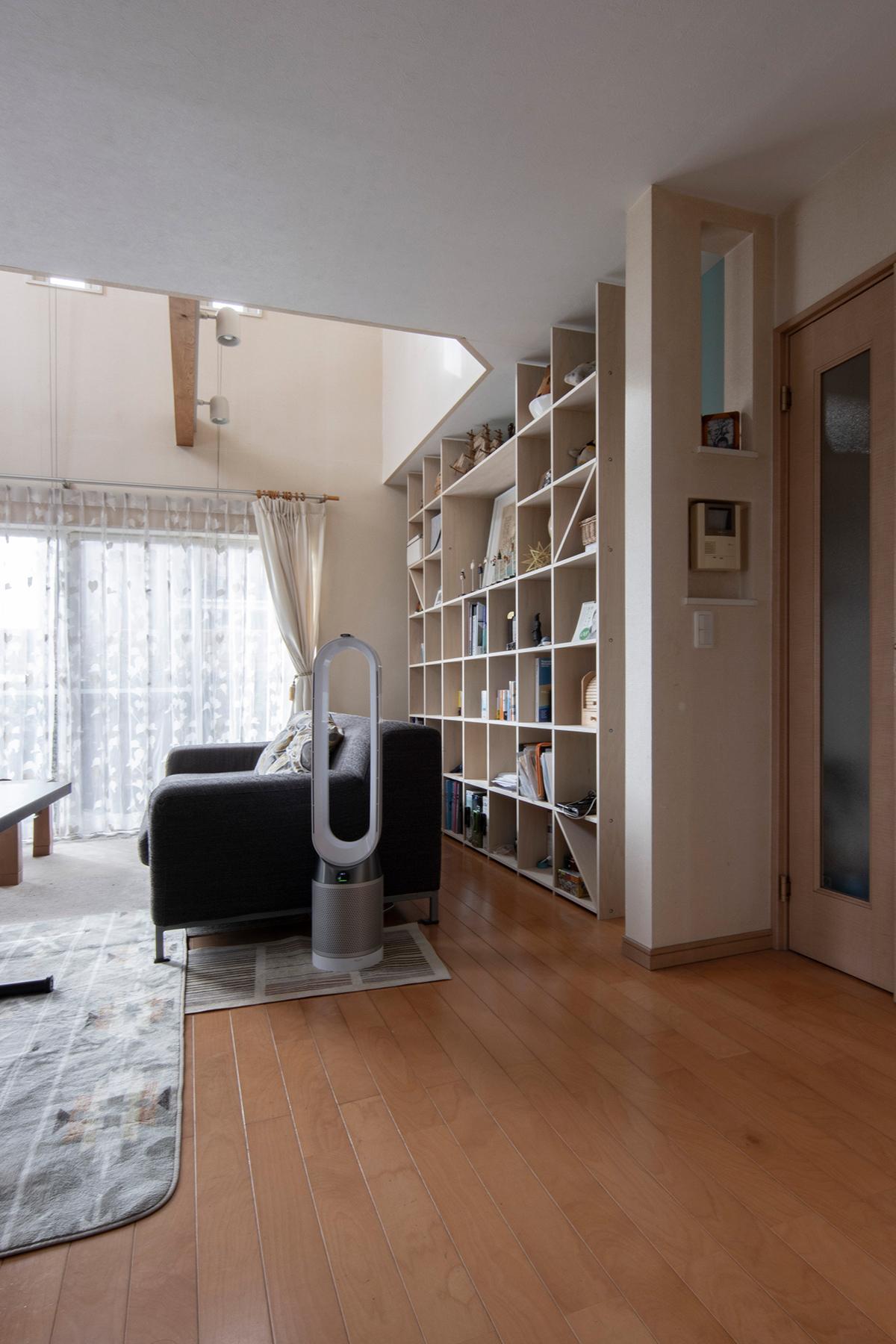 陽のあたるリビングの吹き抜けの下に   開口部のある本棚 / Shelf (No.13)   マルゲリータ使用例