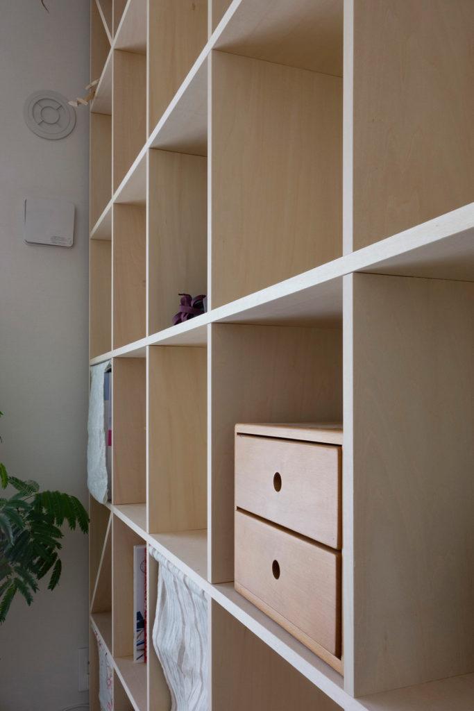 落ち着いたリビングの一角に | 壁一面の本棚 奥行250mm / Shelf (No.76) | マルゲリータ使用例