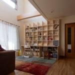 柔らかい光の入る吹き抜けに | カウンター付き本棚 / Shelf (No.36) | マルゲリータ使用例