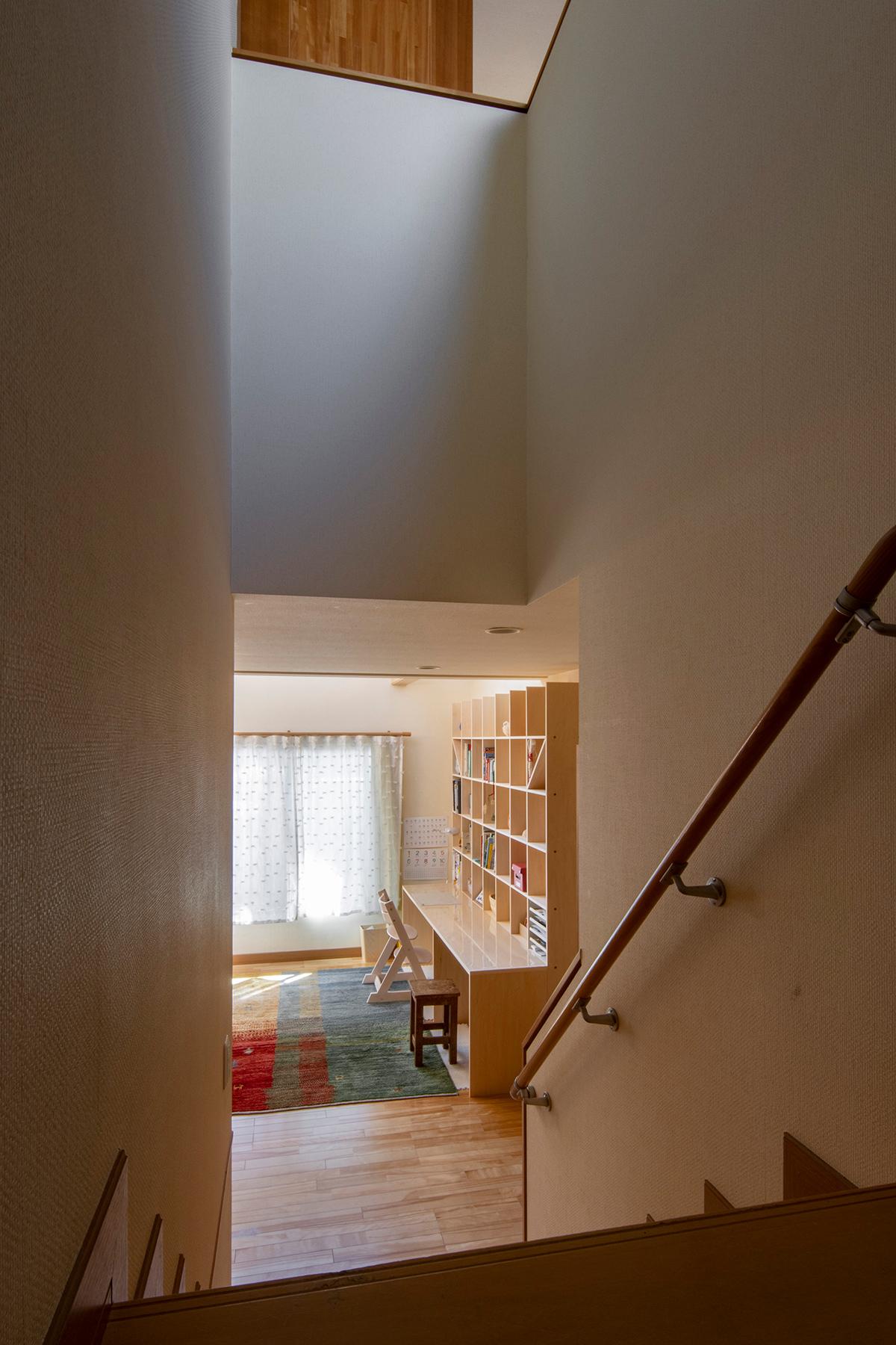 柔らかい光の入る吹き抜けに   カウンター付き本棚 / Shelf (No.36)   マルゲリータ使用例