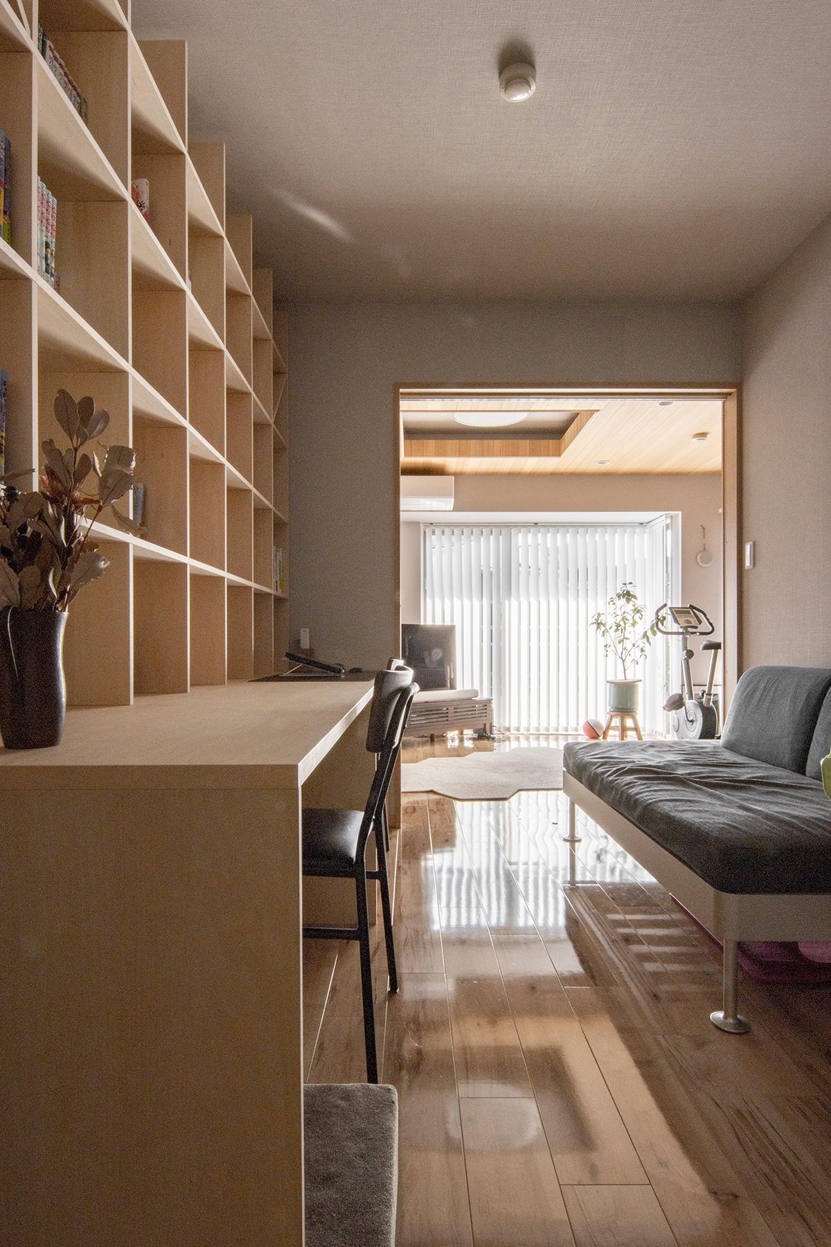 リビングと仕切られた静かな部屋に | カウンター付き本棚 / Shelf (No.38) | マルゲリータ使用例