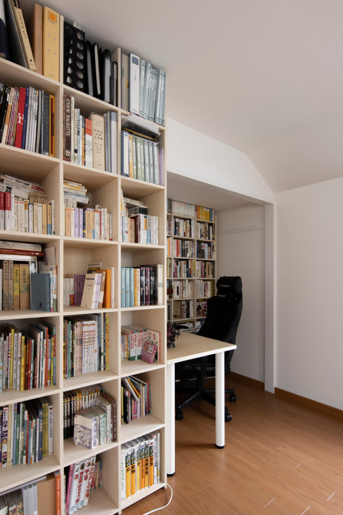 吹き抜けのあるリビングに繋がるワークスペース | 壁一面の本棚 奥行350mm / Shelf (No.111) | マルゲリータ使用例