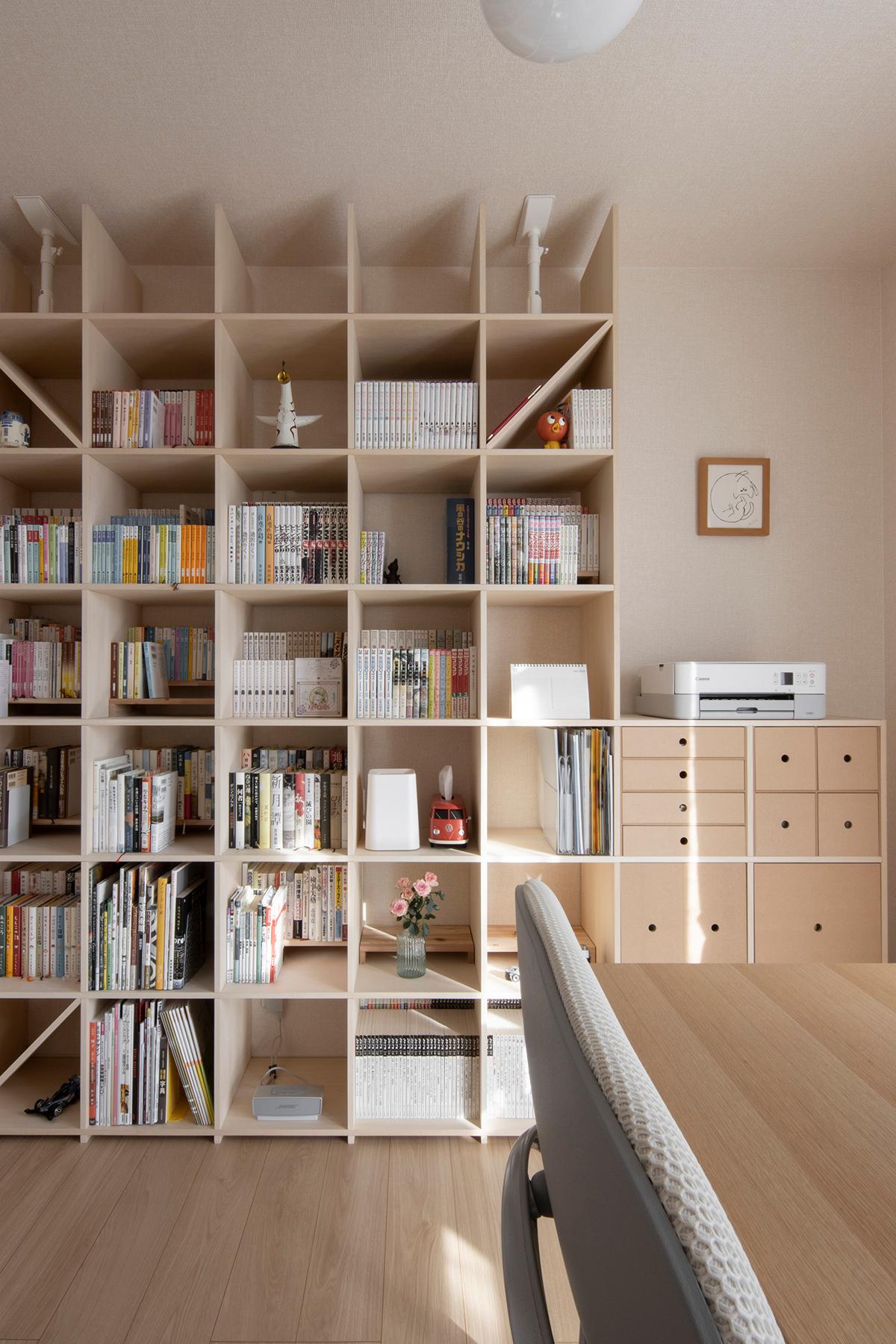 シンプルな仕事部屋の壁面に   壁一面の本棚 奥行350mm / Shelf (No.113)   マルゲリータ使用例