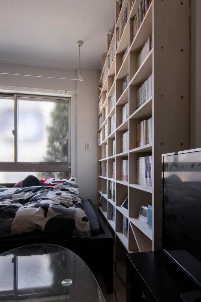 ワンルームマンションの壁一面に   壁一面のA5判本棚 奥行180mm / Shelf (No.10)   マルゲリータ使用例
