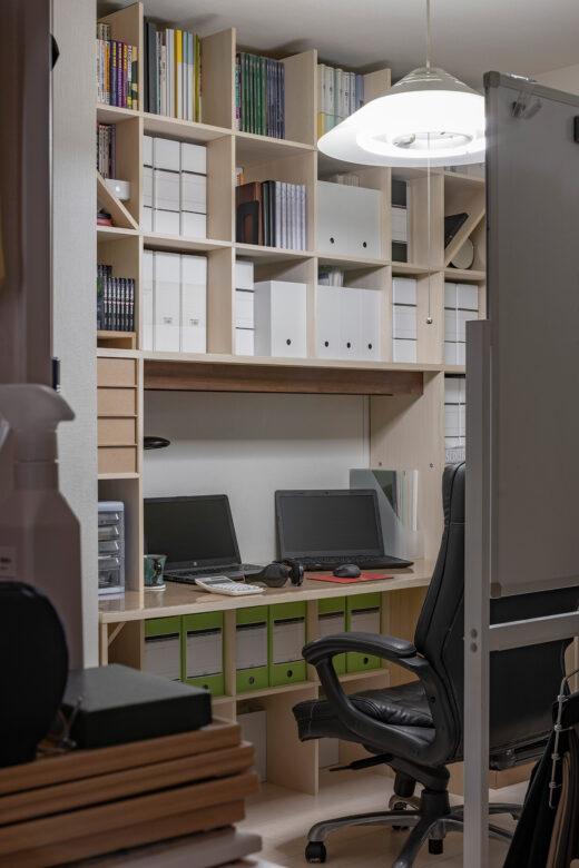 奥まった空間を有効に活用 | カウンター付き本棚 / Shelf (No.39) | マルゲリータ使用例