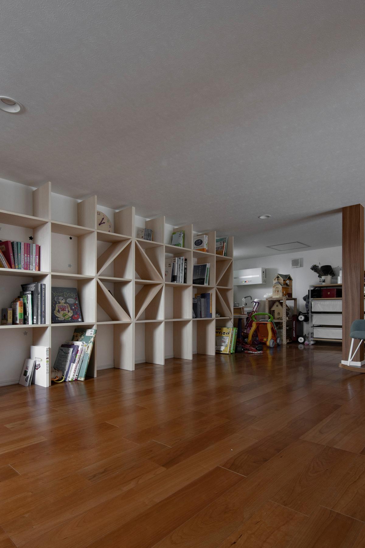 ロフト 3人のお子さんの遊び場 | 壁一面の本棚 奥行250mm / Shelf (No.82) | マルゲリータ使用例