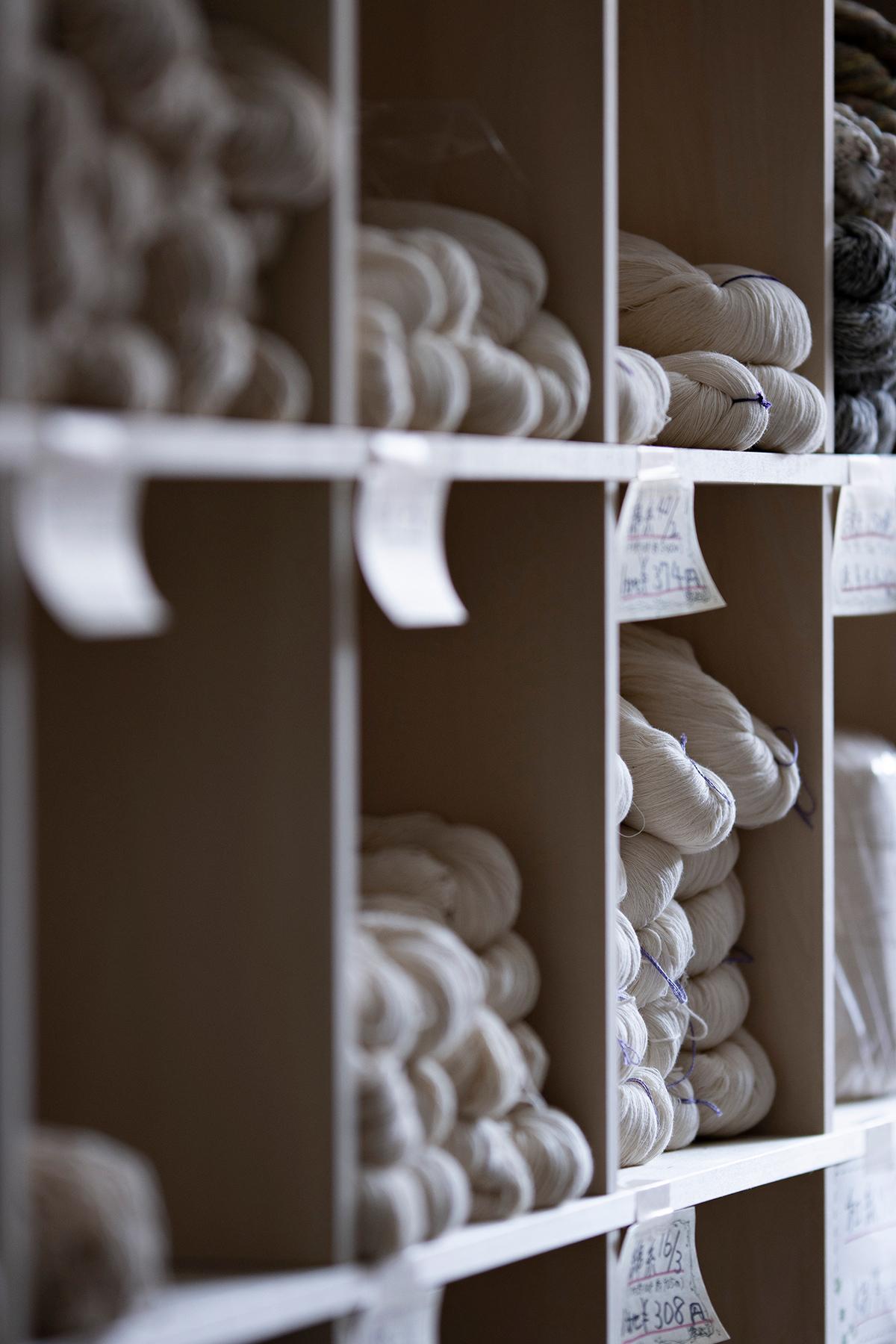 織り糸・編み糸の店舗什器に | 壁一面の本棚 奥行350mm / Shelf (No.117)続き | マルゲリータ使用例