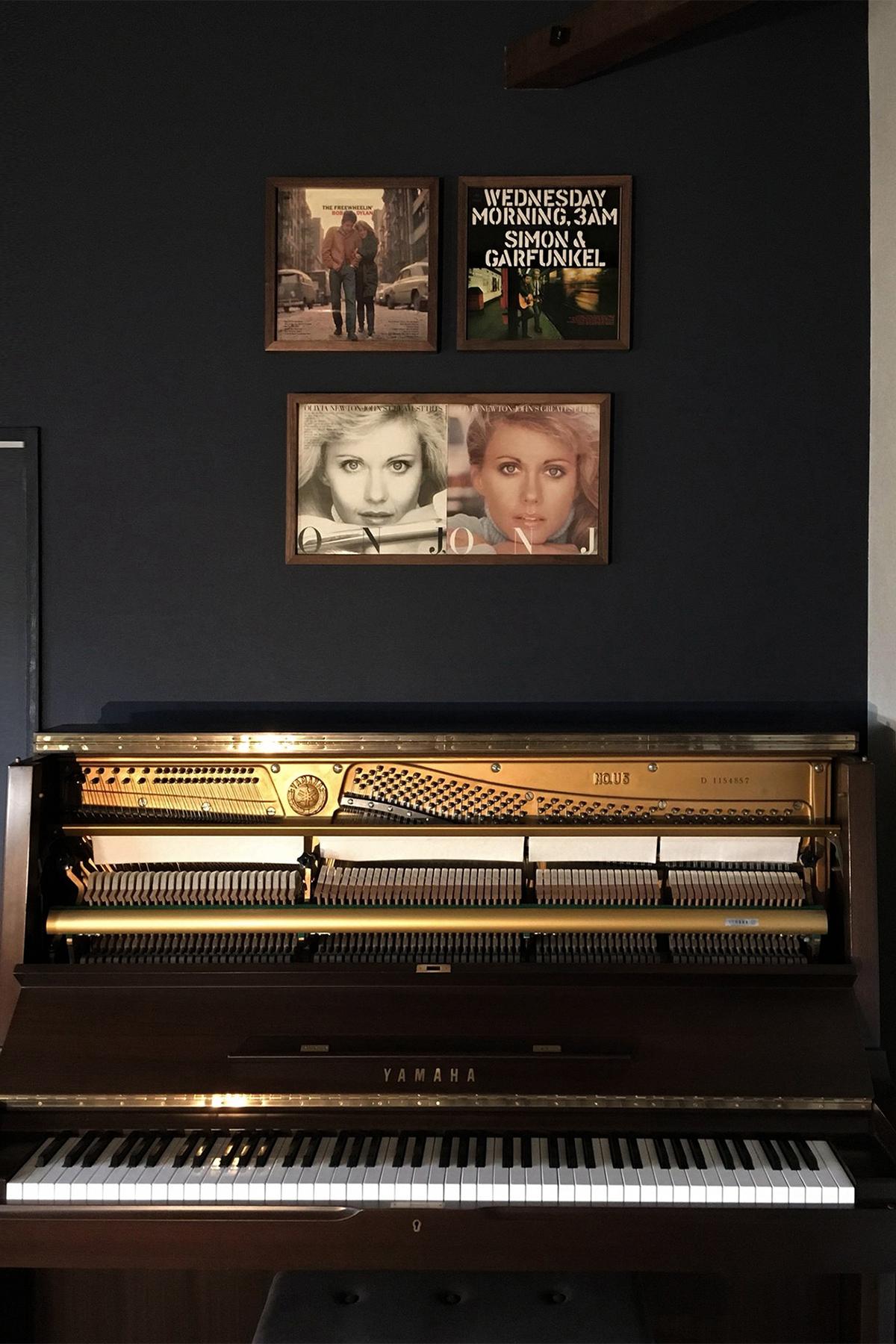 ピアノ、アンティークオーディオに寄り添うように | レコードジャケットフレーム / FRAME (No.03)  | マルゲリータ使用例 シンプル おしゃれ 部屋 インテリア レイアウト