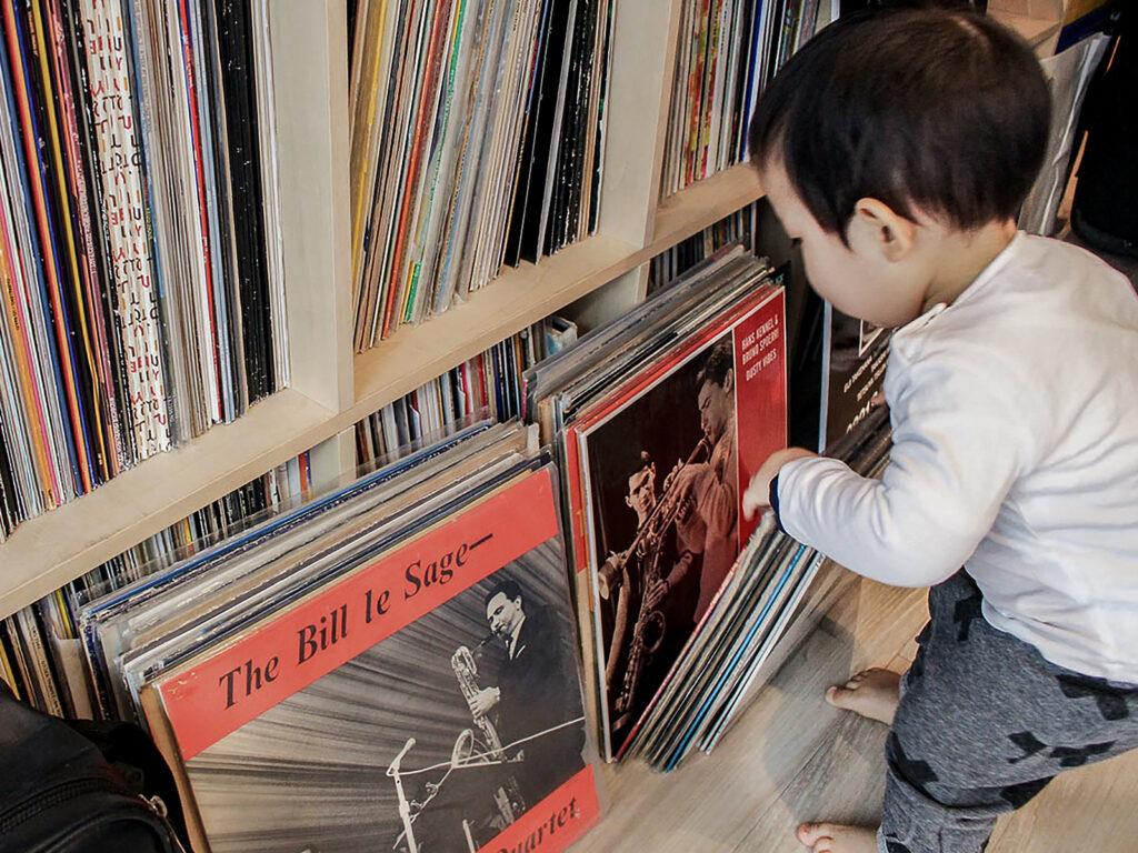 お子さんの成長の背後に | 壁一面の本棚 奥行350mm / Shelf (No.118) | マルゲリータ使用例