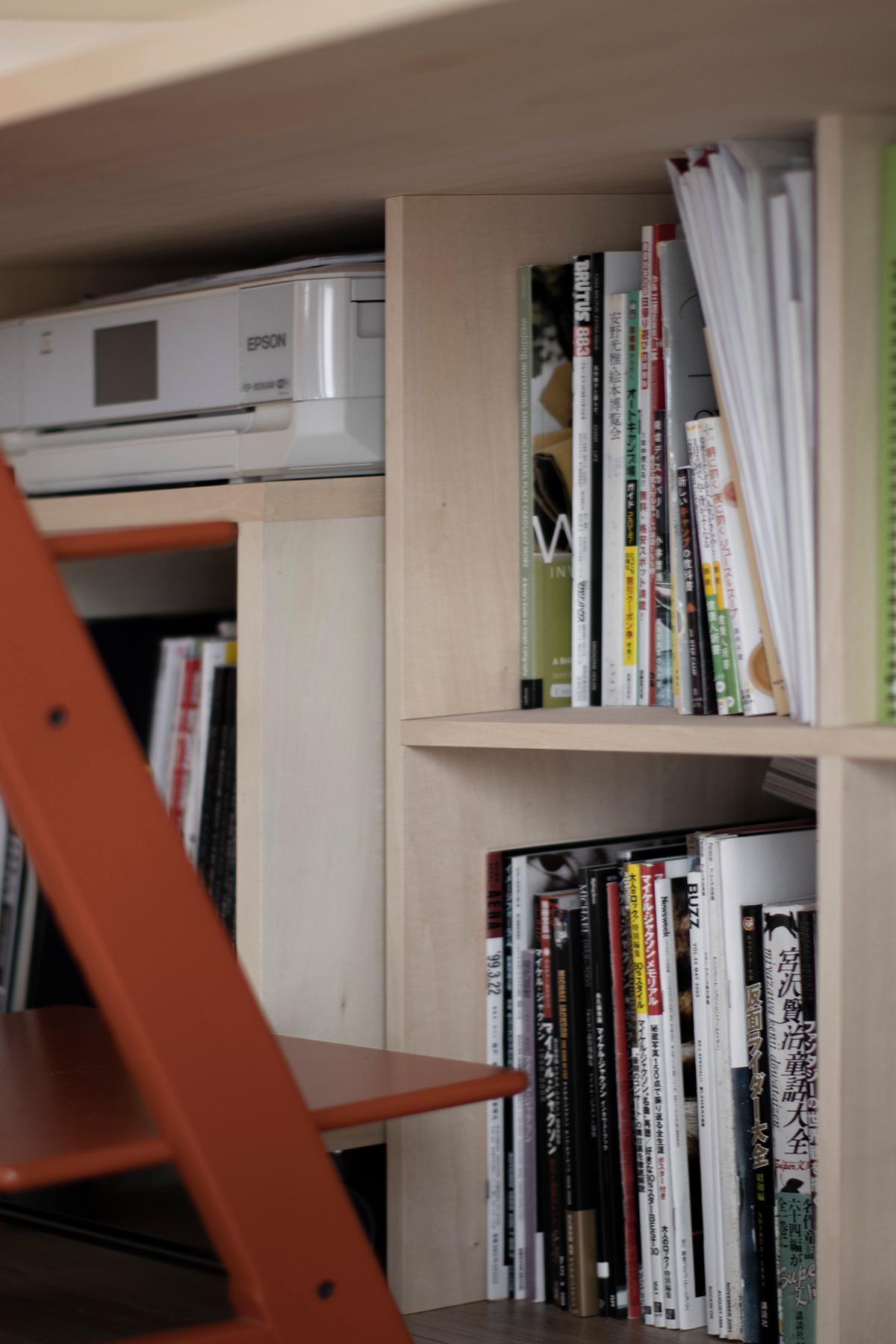 リビングのコーナーアルコーブに | アンダーカウンター本棚 / Shelf (No.03) | マルゲリータ使用例