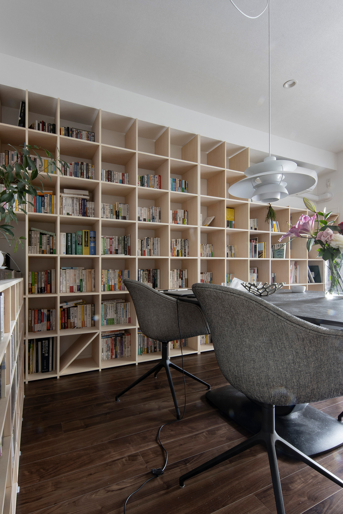 カウンター下に高さを合わせたCD棚とそれに直行する壁一面の本棚 | 壁一面の本棚 奥行350mm / Shelf (No.121) | マルゲリータ使用例