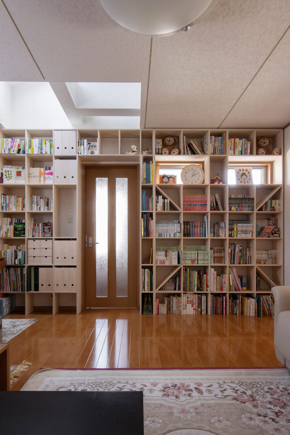 リビングのドアを切り抜く | 壁一面の本棚 奥行250mm / Shelf (No.84) | マルゲリータ使用例