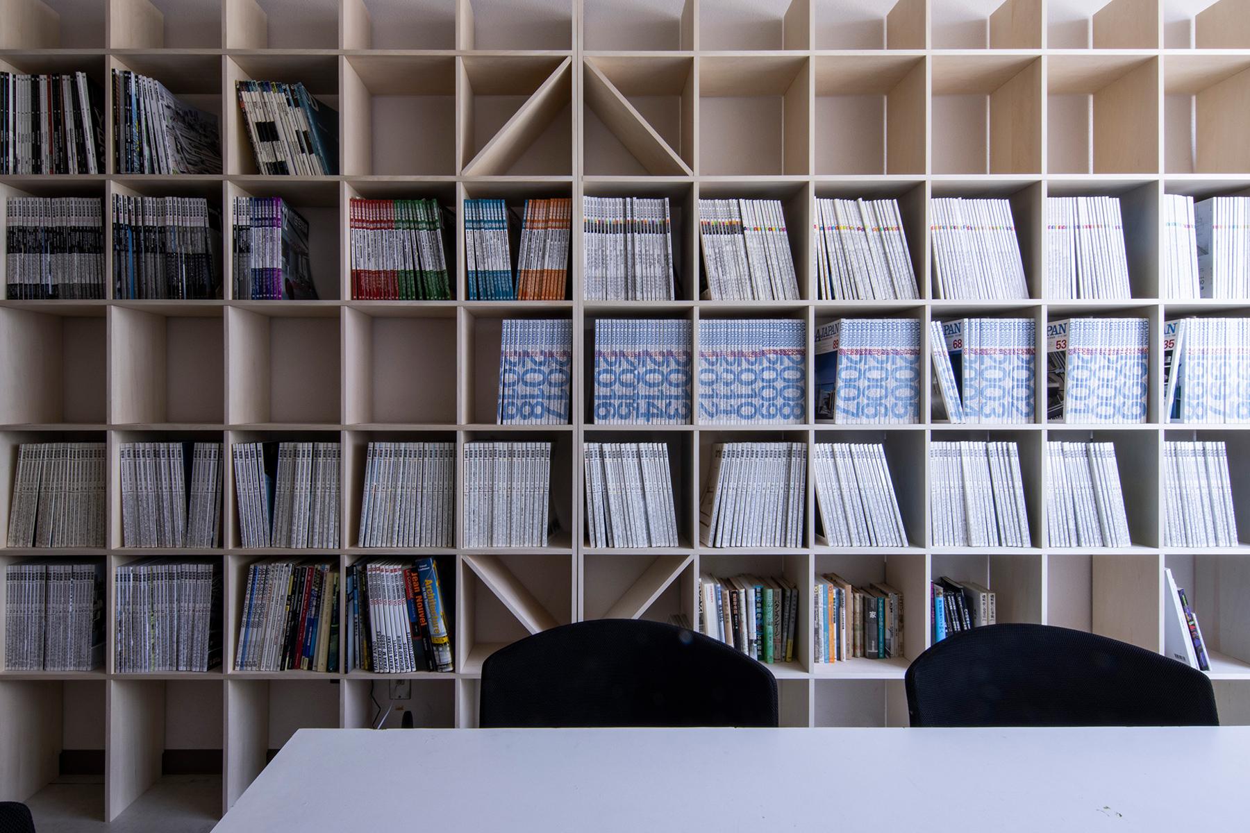 国立鹿児島工業高等専門学校のゼミ室に | 壁一面の本棚 奥行250mm / Shelf (No.85) | マルゲリータ使用例