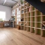 2層吹き抜けの壁面に | 壁一面の本棚 奥行250mm / Shelf (No.86) | マルゲリータ使用例
