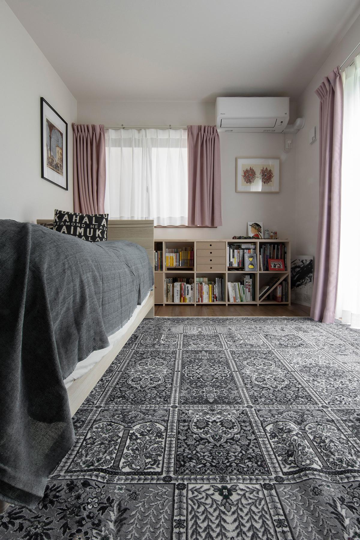 寝室の窓を生かした自然な配置 | 壁一面の本棚 奥行350mm ロータイプ / Shelf (No.15) | マルゲリータ使用例